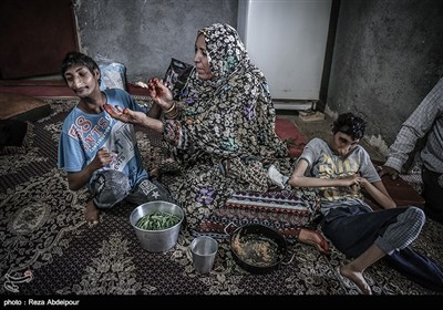 مادر در حال دادن غذا به خوبیار و محمد علی می باشد.