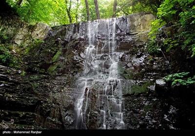 آبشار لونک در منطقه جنگلی کوهستانی پس از شهر سیاهکل مجاور جاده زیبای سیاهکل به دیلمان واقع شده و فاصله آن تا شهر سیاهکل حدود ۲۵ کیلومتر است.