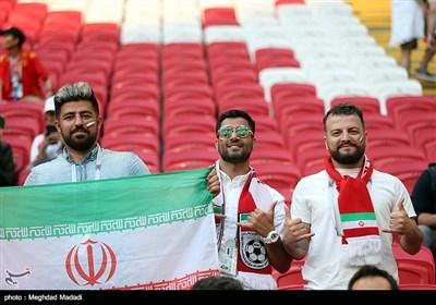 مشجعی المنتخب الإیرانی لکرة القدم امام نظیره الإسبانی