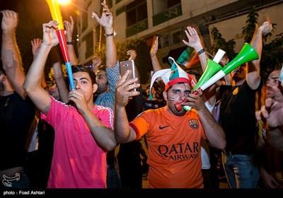 بالصور.. الإیرانیون یهتفون لمنتخب بلادهم بعد لقاء اسبانیا