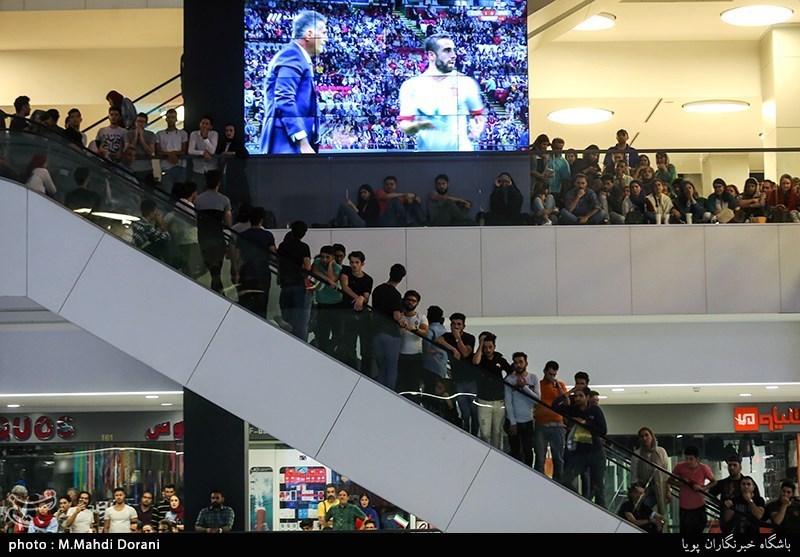 الإیرانیون فی کل أرجاء ایران یتابعون مباراة ایران واسبانیا