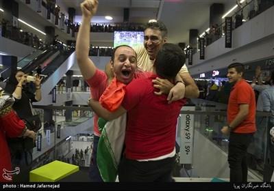شادی مردم پس از زدن گل پنالتی تیم ملی فوتبال ایران به پرتغال- تماشای تیم های فوتبال ایران و پرتغال در چارسو