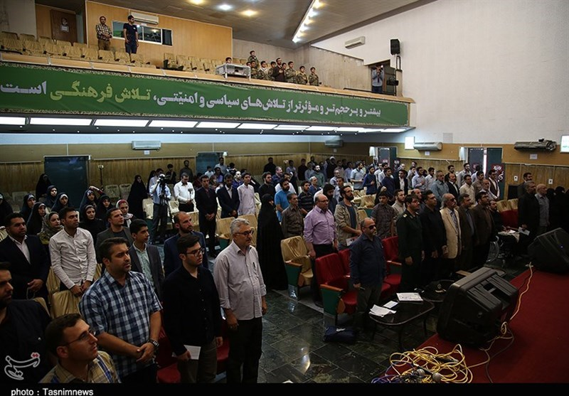 شب «بزم رزم» شاعران و خوانندگان انقلابی در تبریز برگزار شد+عکس