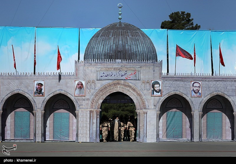 ورود امام خامنهای به میدان صبحگاه دانشگاه افسری سپاه از ورودی نماد مسجدالاقصی + عکس
