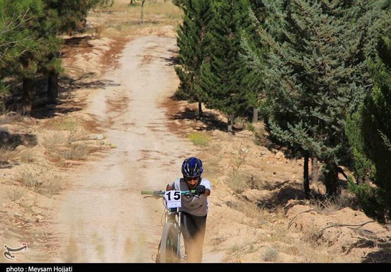 دوچرخهسوار خوزستانی مسیر شوشتر تا مشهد مقدس را رکاب میزند