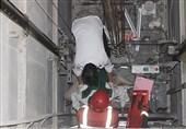 گرفتار شدن خطرناک سرویسکار آسانسور بین کابین و دیواره + تصاویر