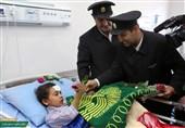 مشهد دلجویی خادمان بارگاه رضوی از زائران حادثه دیده عراقی