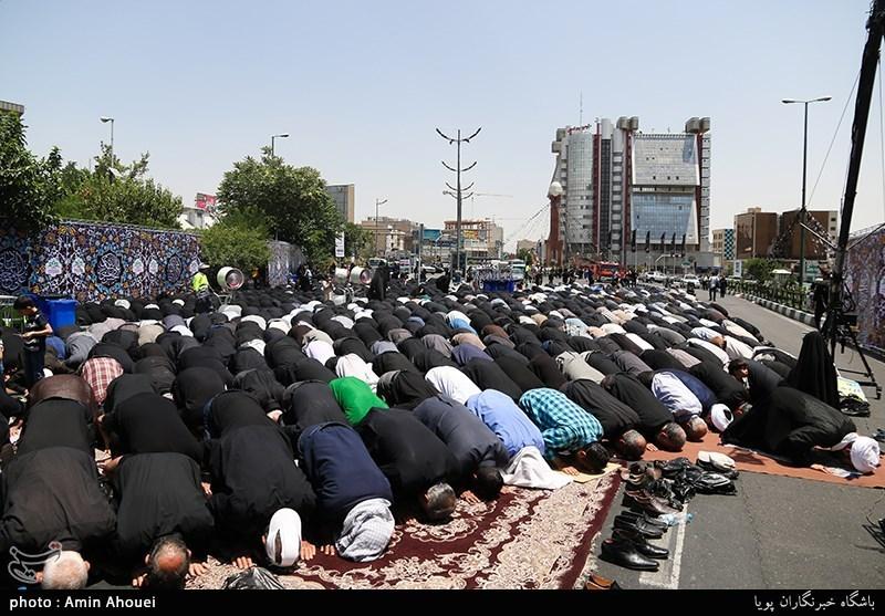 اقامه نماز ظهر و عصر در مراسم عزاداری سالروز شهادت امام جعفرصادق(ع) در میدان صادقیه تهران