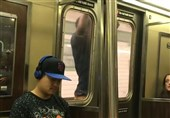 Man Filmed Hanging outside Doors of Subway Train in New York (+Video)