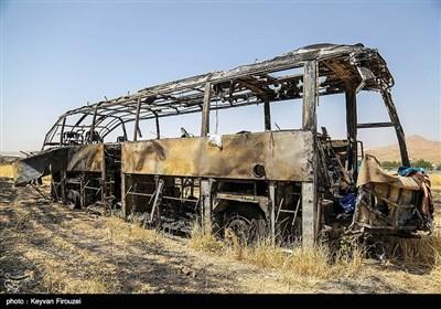 آثار بجامانده از تصادف مرگبار نفتکش و اتوبوس در سنندج