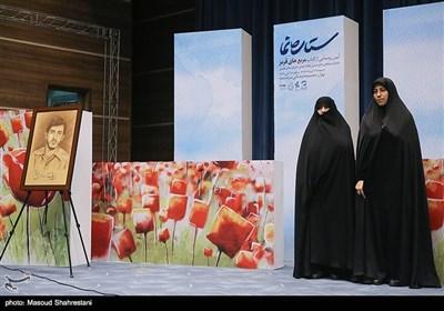 زینب عرفانیان نویسنده کتاب وهمسر شهید زین الدین در رونمایی از کتاب (مربع های قرمز)خاطرات حاج حسین یکتا