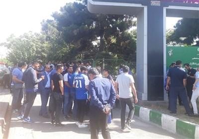 شعار هواداران استقلال علیه سلطانی فر، افتخاری و توفیقی/ حضور مدیر روابط عمومی هم هواداران را ساکت نکرد