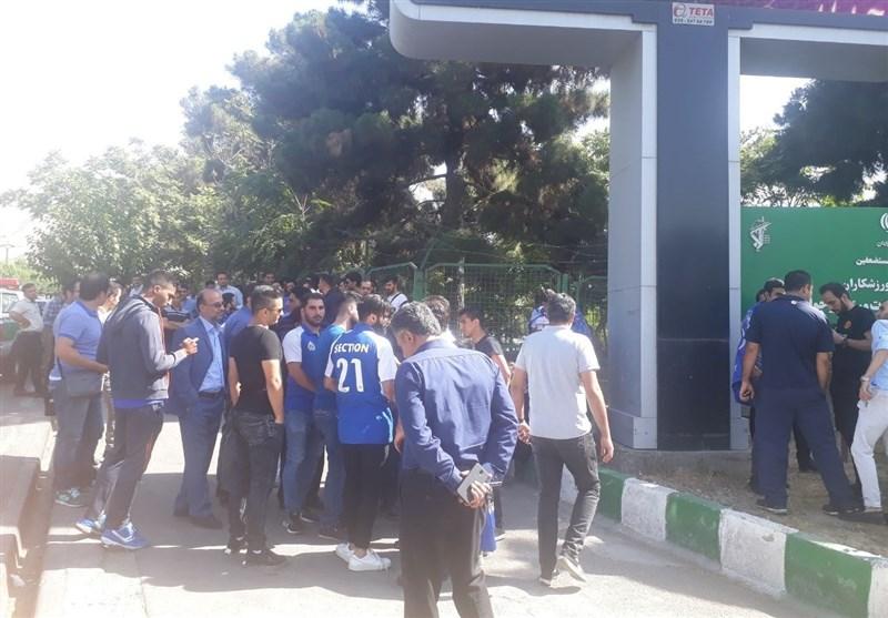 شعار هواداران استقلال علیه سلطانیفر، افتخاری و توفیقی/ حضور مدیر روابط عمومی هم هواداران را ساکت نکرد