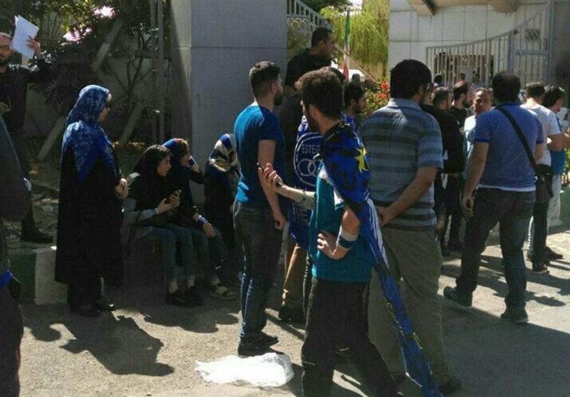 اعتراض هواداران استقلال از وزارت ورزش به باشگاه رسید