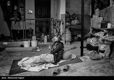 زینب زارعی 15 ساله او از کودکی معلولیت ذهنی و جسمی دارد.پدر و مادر زینب فامیل درجه دو هستند،خواهر بزرگتر زینب امنه و پدرشان معلولیت ذهنی دارند.امنه و زینب بخاطر گرما وقت خود را در حیاط میگذرانند.