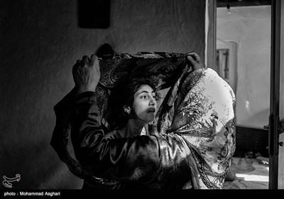 زینب زارعی 15 ساله او از کودکی معلولیت ذهنی و جسمی دارد.پدر و مادر زینب فامیل درجه دو هستند،خواهر بزرگتر زینب امنه و پدرشان معلولیت ذهنی دارند.مادر زینب در حال بستن رو سری زینب است.