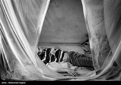 سید رجب کوثری 34 ساله او بر اثر آمپول تشنج کرده و معلول شده است.سید رجب هیچ کاری نمیتواند بکند.