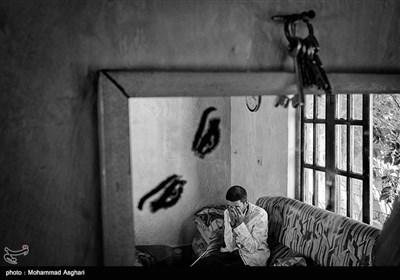 شهرستان کیاسر-روستای ازنی- هادی عنایتی48 ساله هادی از کودکی معلولیت ذهنی دارد.پدر هادی مریض است و مادر هادی اداره خانه را بر عهده دارد.همسر هادی فوت کرده است.هادی بخاطر مرگ همسرش گریه میکند.