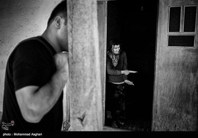 روستای کوات-فاطمه موسوی 43 ساله معلولیت جسمی دارد،فاطمه فرزند پنجم خانواده است و نمیتواد کاری بکند. پدر و مادر او دختر عمه پسر عمه هستند. فاطمه در حال نگاه کردن به حیاط است.