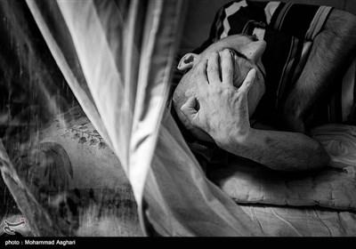 سید رجب کوثری 34 ساله او بر اثر آمپول تشنج کرده و معلول شده است.