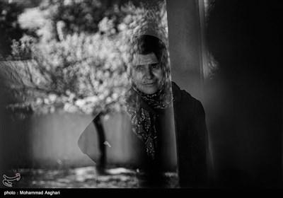 شهرستان کیاسر-روستای کوات-فاطمه موسوی 43 ساله معلولیت جسمی دارد،فاطمه فرزند پنجم خانواده است و نمیتواد کاری بکند. پدر و مادر او دختر عمه پسر عمه هستند.