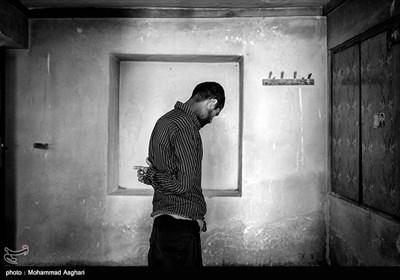 هادی تقی پور 40 ساله. هادی معلولیت ذهنی دارد پدر و مادر او فامیل درجه سوم هستند.هادی در اتاق نیمه تمامشان.