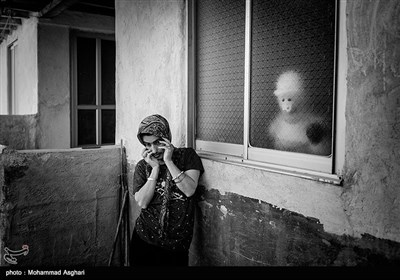 سکینه 38 ساله در حیاط خانیشان ایستاده است. پدر و مادر او دختر دایی پسر عمه هستند.برادر او قربان 55 ساله نیز معلولیت ذهنی دارد.