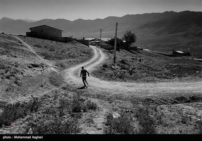 هادی تقی پور 40 ساله. هادی معلولیت ذهنی دارد پدر و مادر او فامیل درجه سوم هستند.او تمام روز بیرون از خانه میگذراند.هادی در حال دویدن در جاده خاکی به سوی روستا است.