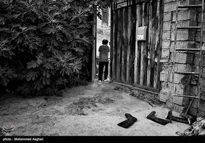 استان مازندران-شهرستان کیاسر-روستای چورت-مصطفی ابراهیمی30 ساله معلولیت ذهنی دارد،پدر و مادر مصطفی دختر عمو پسر عمو هستند مصطفی برادر بزرگ تر از خود به نام مجتبی دارد که او نیز معلولیت ذهنی دارد.مجتبی در حال دویدن به بیرون از خانه است