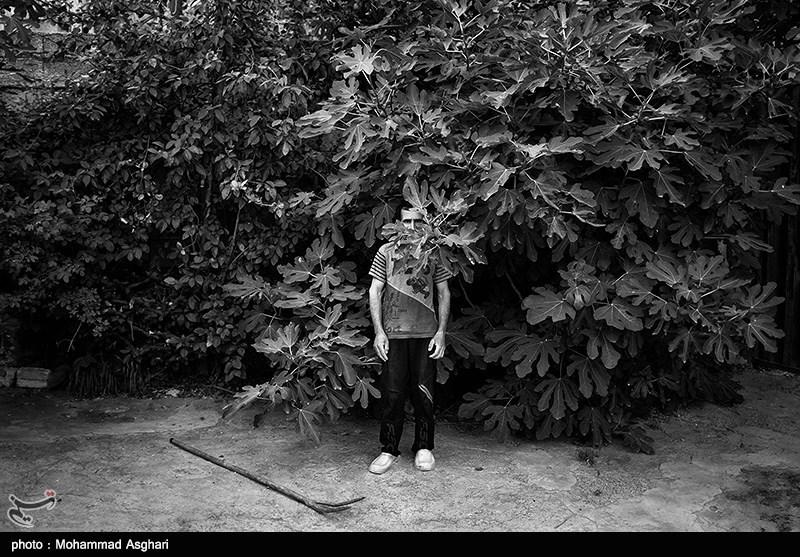 مصطفی ابراهیمی30 ساله معلولیت ذهنی دارد،پدر و مادر مصطفی دختر عمو پسر عمو هستند مصطفی برادر بزرگ تر از خود به نام مجتبی دارد که او نیز معلولیت ذهنی دارد.مجتبی در مقابل دوربین خجالت میکشد و در پشت برگ های بزرگ درخت قاییم میشود.