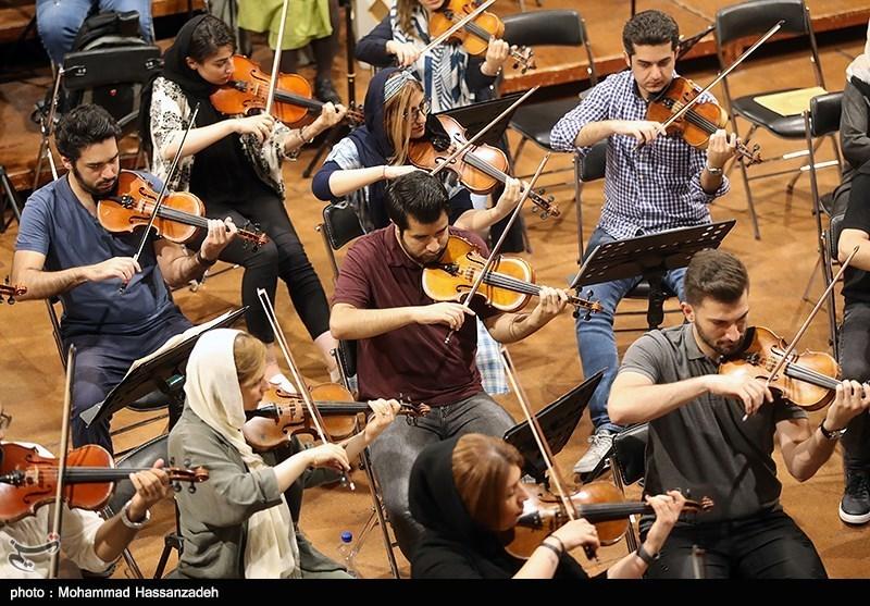 تمرین ارکستر سمفونیک تهران به رهبری بابک کاظمی