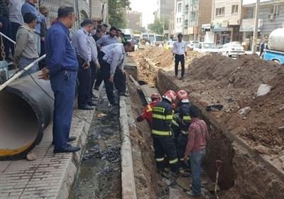 2 کارگر حین حفاری میان خاک مدفون شدند + تصاویر
