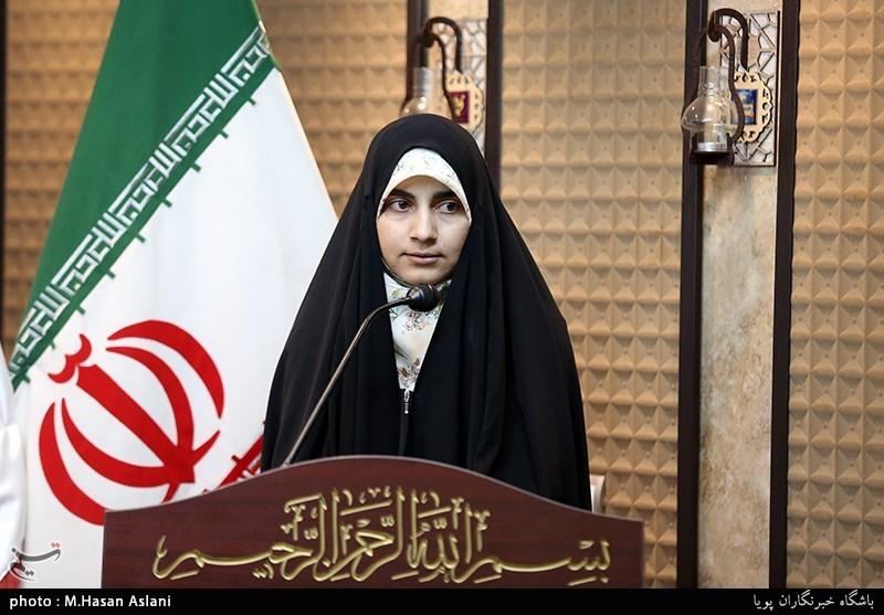 فرشته سادات حسینی شاعر در نوزدهمین محفل شعر قرار