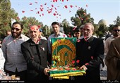 خوشحالی وصفناپذیر توریستها برای گرفتن گل از خادمان رضوی در یزد