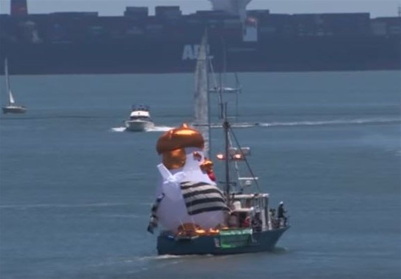 'Trump Chicken' Blimp in Prisoners' Dress Sail off Coast of San Francisco (+Video)