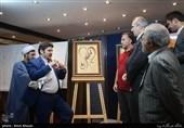 رونمایی از تابلوهای سوختهنگاری با القاب امام رضا (ع) اثر مرتضی نداف هنرمند آیینی در خبرگزاری تسنیم