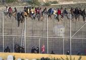 یورش 800 مهاجر آفریقایی به مرزهای اسپانیا با استفاده از وسایل آتشزا +فیلم