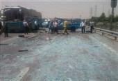 """فرش شدن بزرگراه آزادگان با """"شیشه خُرده"""" پس از واژگونی نیسان حامل شیشه + تصاویر"""