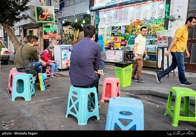 مغازه و فروشگاه های متعدد باعث شده که این خیابان علاوه بر مسیر حیاتی عبوری بین مرکز و غرب تهران، به یک راسته بازار بزرگ تبدیل شود