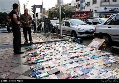 این خیابان مانند خیلی از خیابان های دیگر تهران دست فروشان زیادی را در دل خود گنجانده که به امرار معاش می پردازند