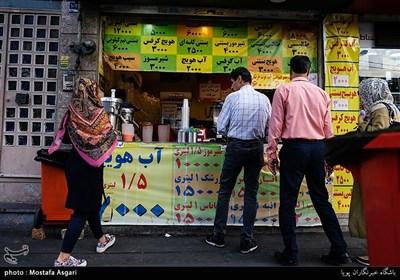 درخیابان ستارخان تقریباً مغازه های خوراکی زیادی به چشم می خورد، بستنی و آبمیوه،اغذیه فروشی، خوراک های سنتی، چایخانه و طباخی از جمله این مواد غذایی می باشد