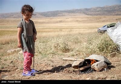 همایون رضایی وهمسرش دارای دو فرزند دختر هستند که در جریان زلزله مهیب سرپل ذهاب منزل مسکونی آنها تخریب و آواره شدند.این زلزله بهانه ای شد که به روستای پدری خودشان برگردند که بعد از جنگ تحمیلی کاملا خالی از سکنه شده بود.