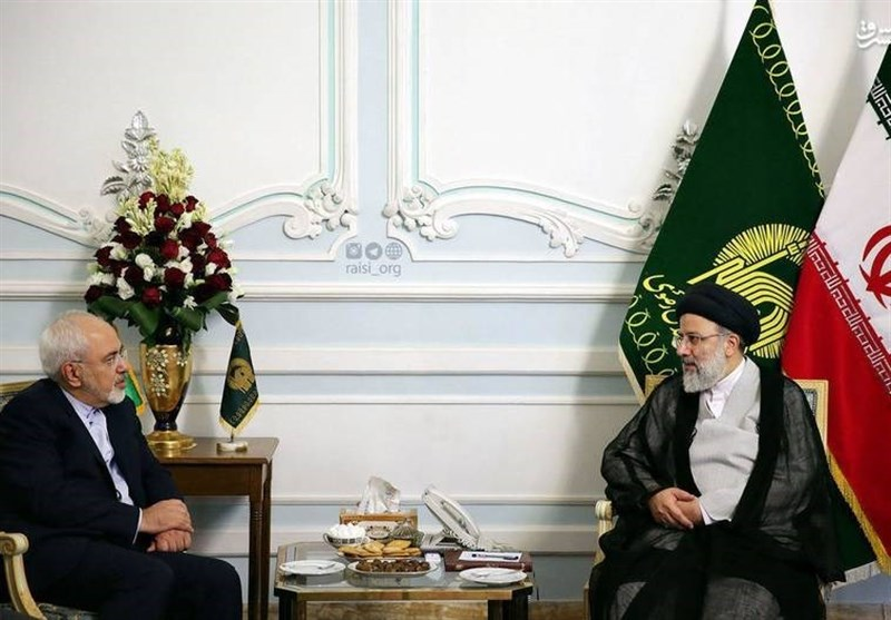 دیدار ظریف با رئیسی/اهدای 2 نسخه قرآن خطی به موزه آستان قدس رضوی + تصاویر