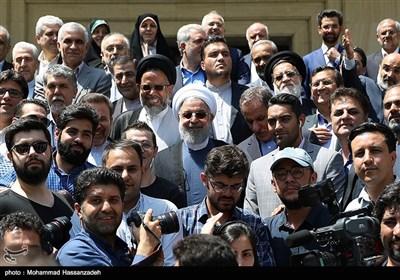 عکس یادگاری حجت الاسلام حسن روحانی رئیس جمهور با خبرنگاران در حاشیه جلسه هیئت دولت