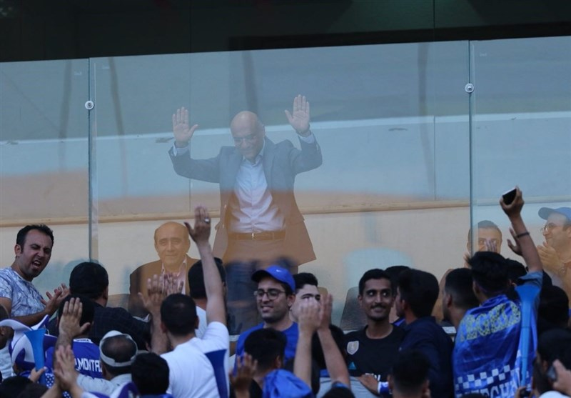 حاشیه دیدار استقلال - تراکتورسازی| دستهگل «گرو» برای هواداران استقلال و امیدواری تراکتوریها با حضور دژاگه و شجاعی + تصاویر