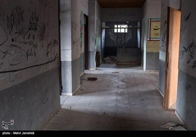 نشانههای کوچ جوانان به شهرهای بزرگتر، در تنها ماندن سالمندان و رو به تخریب رفتن ساختمانهایی نمایان میشود که دیگر حضور انسانی را در خود ندارند.راهروی مدرسه تلمادره از دهستان پشتکوه. درپرترددترین ساعات روز هم به سختی شخصی برای نشان دادن مدرسه پیدا میشد