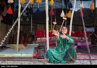 هنر در ذات زنان عشایر است، از قالی بافی ، ائی بافی ، دوغ زدن شیر دوشیدن و....زنان ایل پوشش محلی در رنگهای شاد که هر کدام بیانگر احساسات و عواطف پنهان آنهاست .