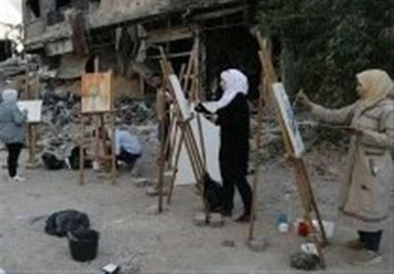 سوریون یرسمون لوحاتهم وسط الدمار
