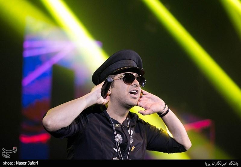حمید عسکری با کلاه خلبانی روی صحنه رفت + عکس