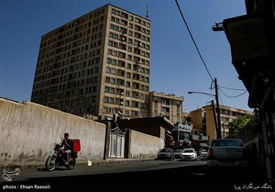 ساختمانسازی و توسعه شهری، همچنان در محله باغ فیض ادامه دارد و در هر کوچه و خیابان این محل قدیمی، ساختمانی می توان پیدا کرد که درختی را خشکانده و رو به آفتاب قد می کشد .